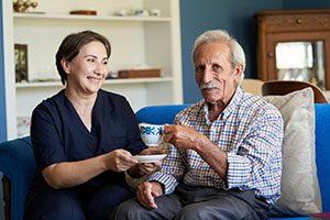 Une préposée prenant soin d'un aîné